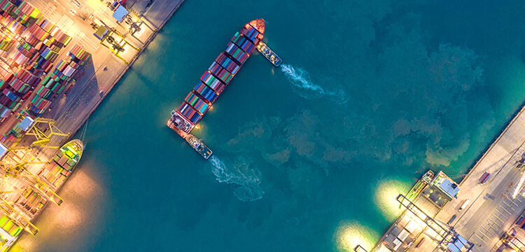 Containerschiff unf Hafen von oben