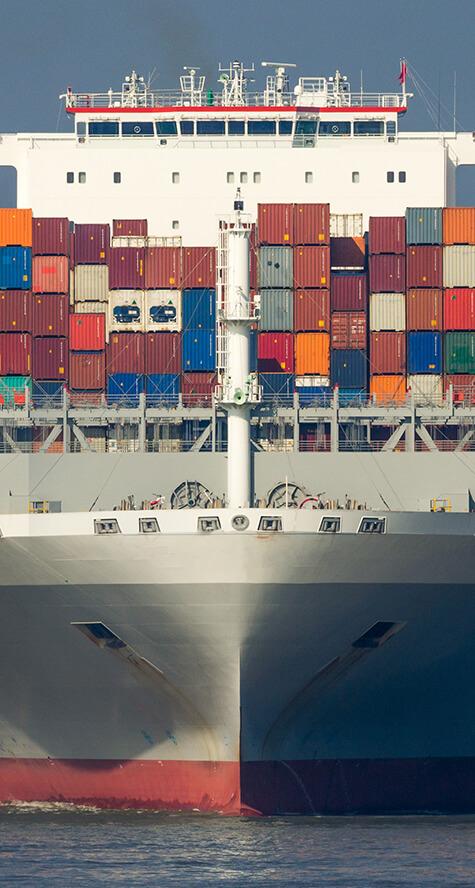 Containerschiff von vorne